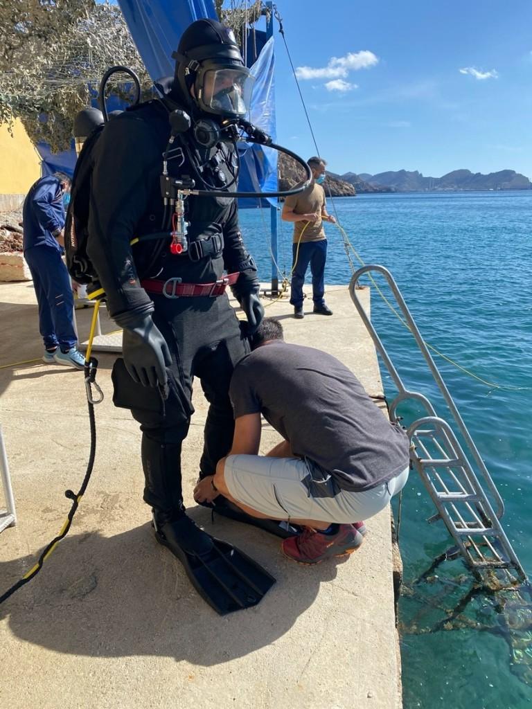 Investigador E. González equipado para la inmersión