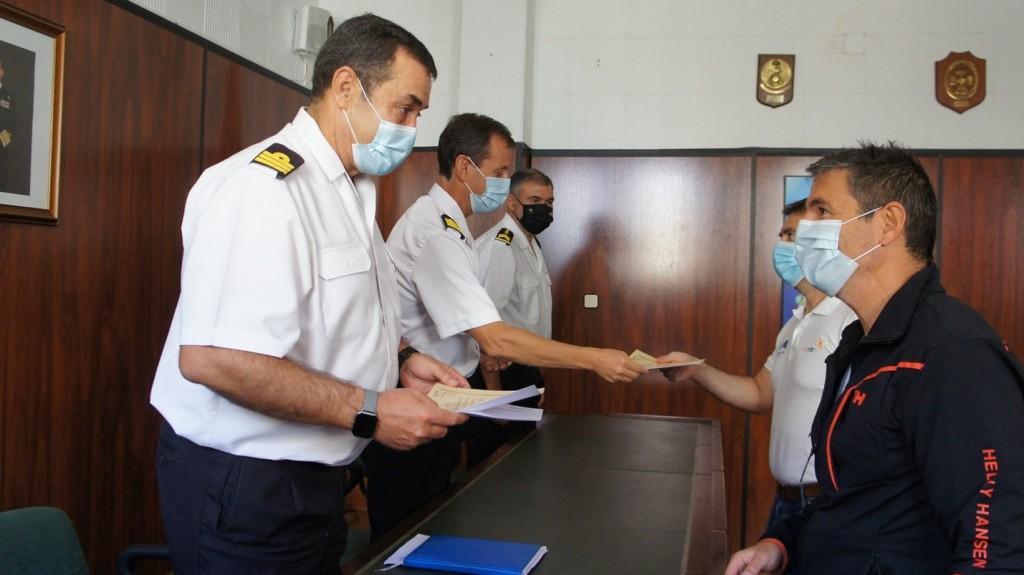 Entrega de documentación y diploma por parte del Comandante Director, el Jefe de Estudios y Suboficial mayor de la EMB a los investigadores E. González y A. Tovar